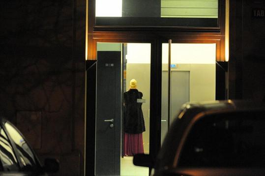 Ornella Štiková vchází do domu, kde má s Koktou tajný byt.