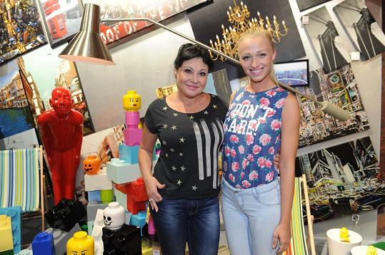 Veronika Kašáková s Dádou Patrasovou, která děti potěšila.