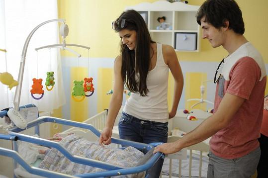 Tereza Mandzáková a Martin Šafařík u jednoho z nejmenších obyvatel dětského domova.