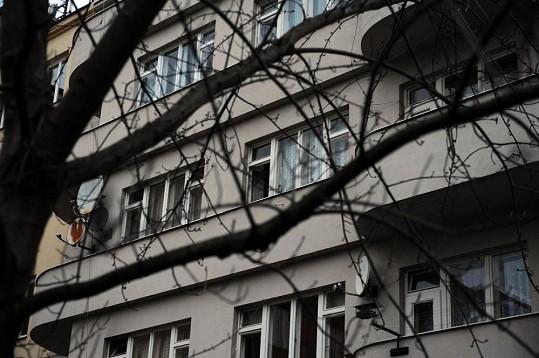 Okna do bytu, v němž Jirásková žila.