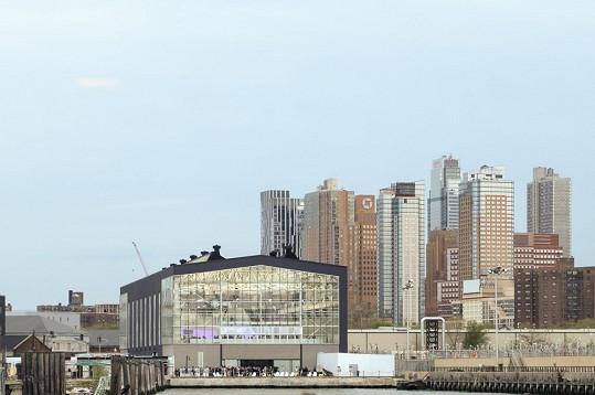 Přehlídka se uskutečnila v brooklynských loděnicích s výhledem na Manhattan.