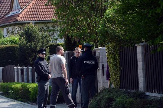 Před domem zůstal syn Josefa Rychtáře Jan.