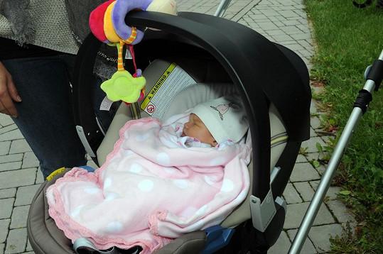 Maličká se narodila s hustou kšticí.