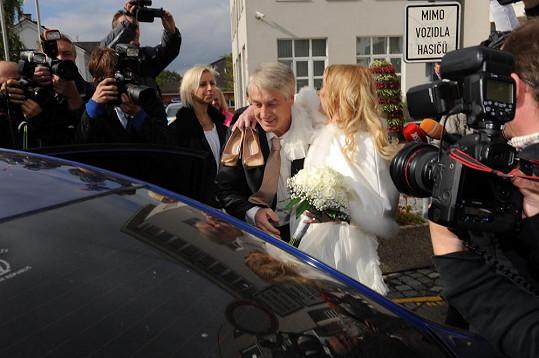 Novomanželé v obležení novinářů.