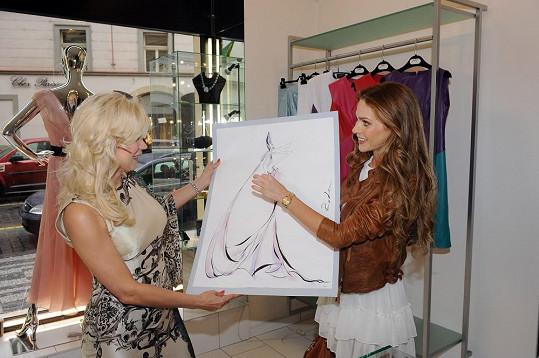 Natali prezentuje skicu Andree.