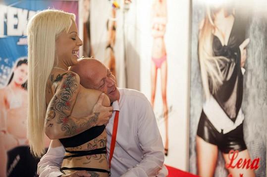 Hvězdy erotických filmů mají ke svým fanouškům blízký vztah.