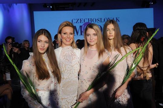 Zleva - Barbora Bendlová (3. místo), ředitelka soutěže Simona Krainová, vítězka Kateřina Kozlová, Sára Struhařová (2. místo)