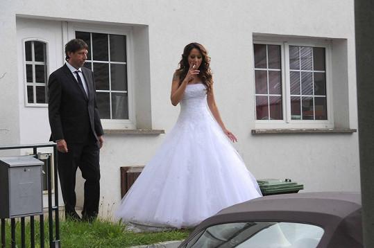Agáta Prachařová byla před svatbou hodně nervózní a musela si zakouřit.