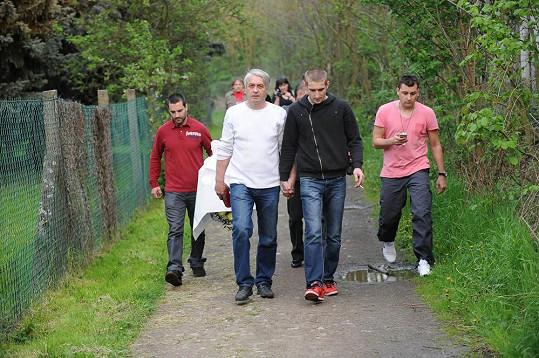 Josef Rychtář s přáteli míří na místo Ivetina činu.