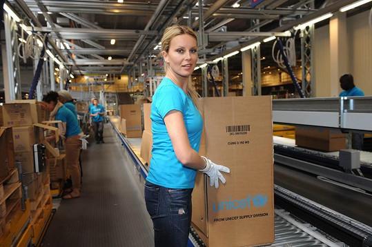 Simona při práci v továrně