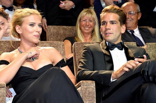 Scarlett Johansson se svým nastávajícím Romainem Dauriacem.