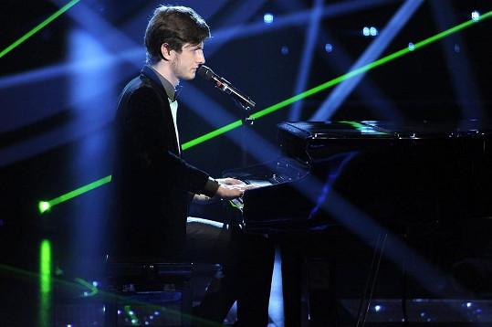 Přesto musí zvládnout hru na klavír.