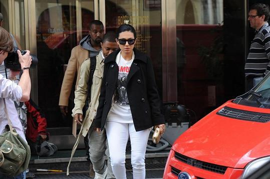Tato žena, která k nim patří, je Kim velmi podobná.