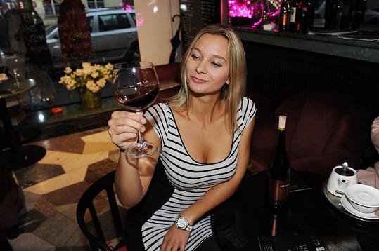 Víno si prohlédla, očichala a odložila. Pak se ptala, jak chutná.