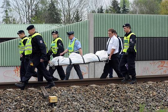 Policisté a pohřební služba odnášejí tělo Ivety Bartošové.