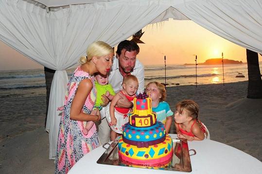 Tori Spelling slavila s rodinou.