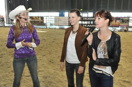 Herečky se naučily několik základních povelů, jak ovládat koně.