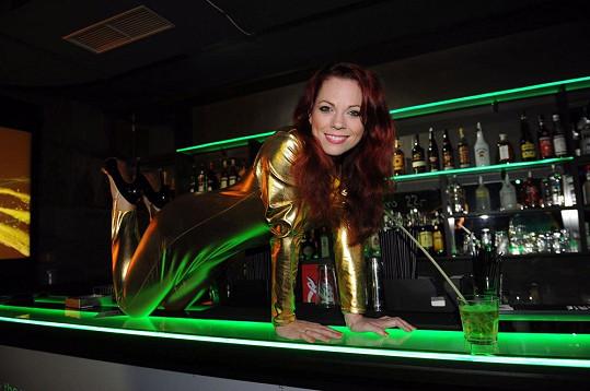 Míša Nosková se předvedla na baru.