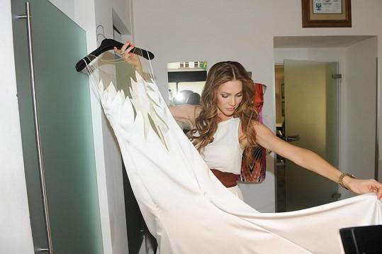 Verešová nejdříve šaty nechtěla obléknout a prezentovala je jen na ramínku.