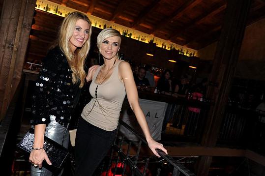 Večer si Průšová s Mašlíkovou užily pořádnou párty v místním klubu.