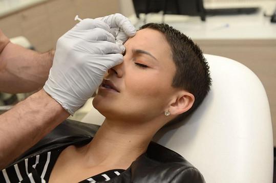 Botox si nechává píchat mezi obočí a kolem očí.