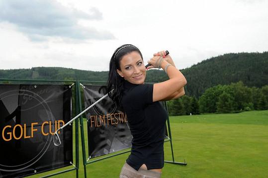 Gábina moderuje golfové turnaje.