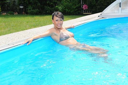 A chladila se v bazénu.