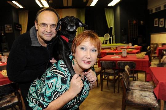 Jindřiška Kikinčuková s manželem Pavlem a milovanou fenkou.