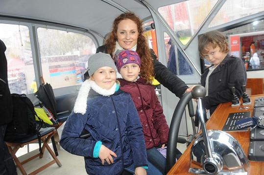 Markéta Hrubešová s dcerou Christel a její kamarádkou