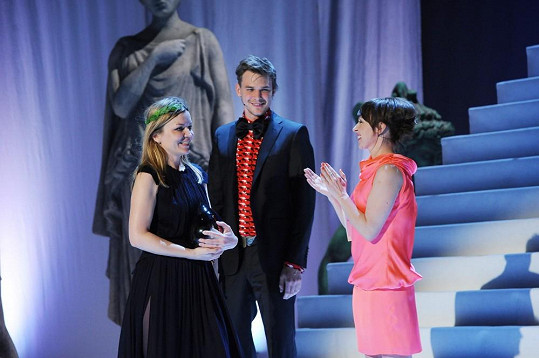 Dvojice předávala cenu návrhářce Monice Drápalové.