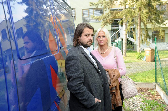 Zdeněk Macura s přítelkyní se schovávali za televizní dodávkou.