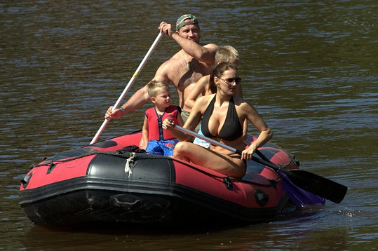 Lucie Králová s Jiřím Šlégrem a svými syny na vodě