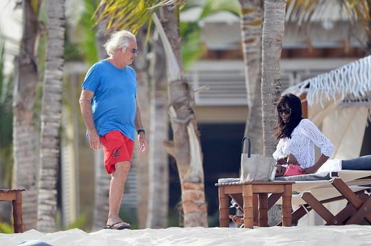 Campbell přijala pozvání do resortu vlastněného movitým Italem Flaviem Briatorem.