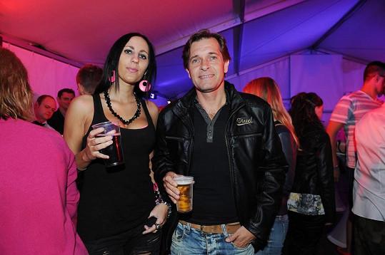 Martin Pouva s přítelkyní Petrou, která v hlubokém výstřihu odhalila své silikony.