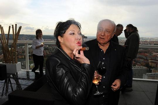 A kromě vína si Dáda vyzkoušela i manželův doutník.