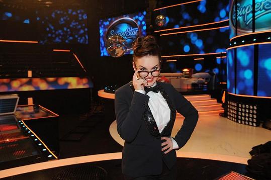 Ewa Farna vypadala v brýlích hodně přísně.