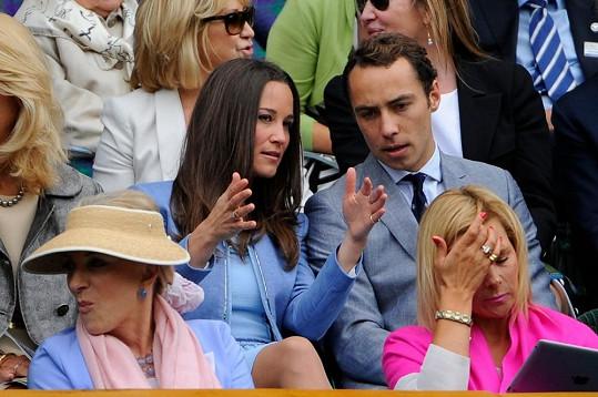James během tenisového zápasu své sestře pečlivě naslouchal.