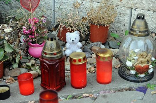 Fanoušci před něj stále pokládají květiny, svíčky a dárky pro zpěvačku.