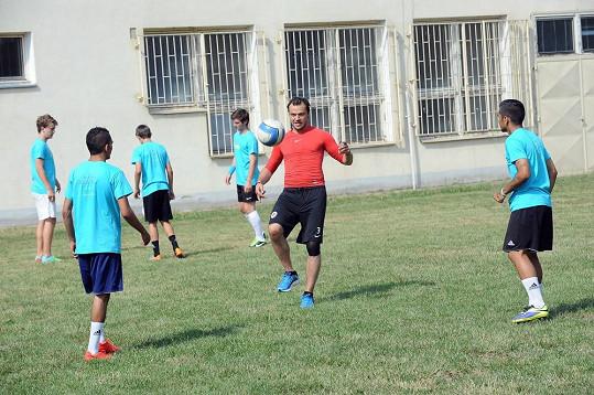 Tomáš vyučuje kluky a jednu dívku z La Sophia fotbalu.