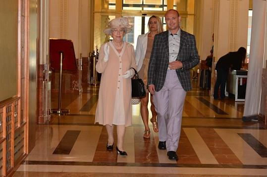 Dvojnice britské královny s organizátorem Muže roku Davidem Novotným.
