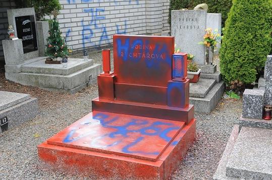 Vandal znesvětil hrob rodiny Josefa Rychtáře.
