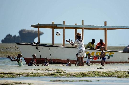 Naomi Campbell podniká charitativní cestu po Africe.