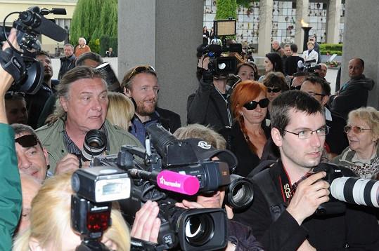 Kamila proto čekala venku v zástupu novinářů.