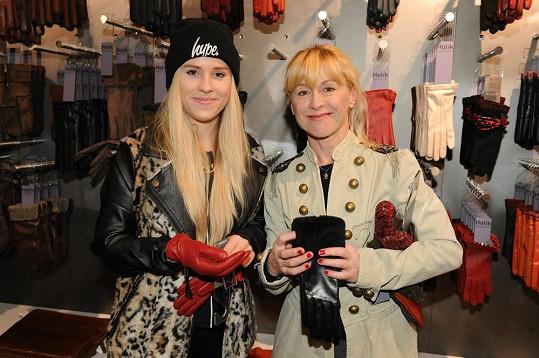 Matka s dcerou spolu velmi často vyráží na nákupy.