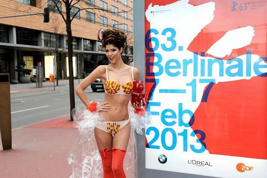 Sexbomba Micaela Schaefer propagovala blížící se filmový festival Berlinale.