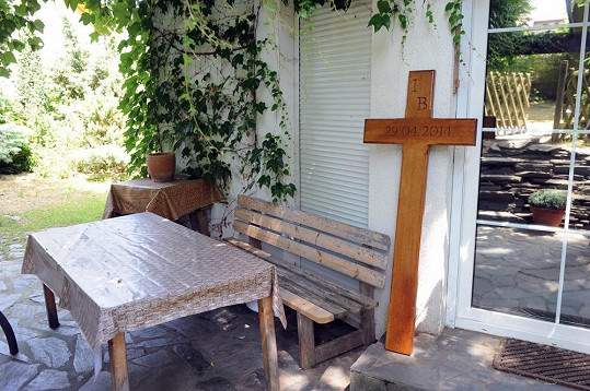 Dubový kříž zatím stojí na terase domu zesnulé zpěvačky.