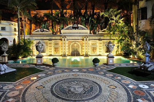 Království Gianniho Versaceho, na jehož schodech naposledy vydechl.