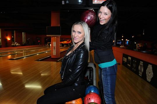 Nela Slováková s Nikol Plzákovou na bowlingovém turnaji hvězd.