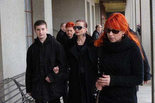 Marcela Karleszová přichází do krematoria v objetí se synem Oliverem.