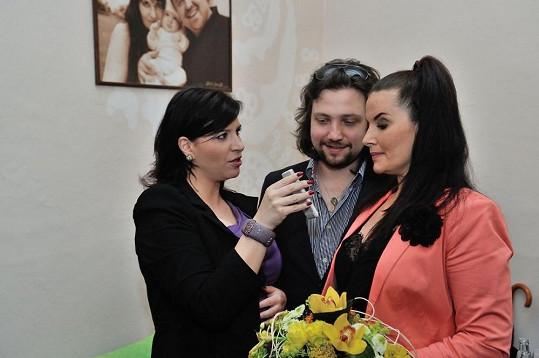 Andrea se kolegům svěřuje s detaily svého těhotenství.